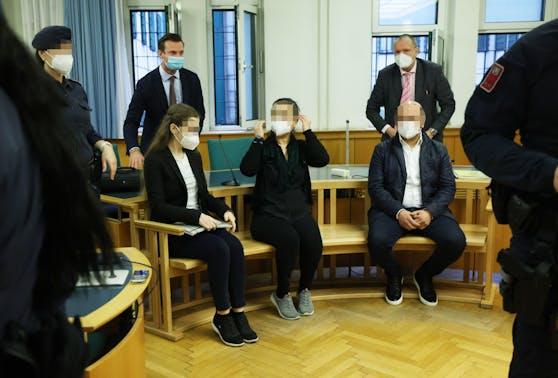 Die Angeklagten vor Gericht.