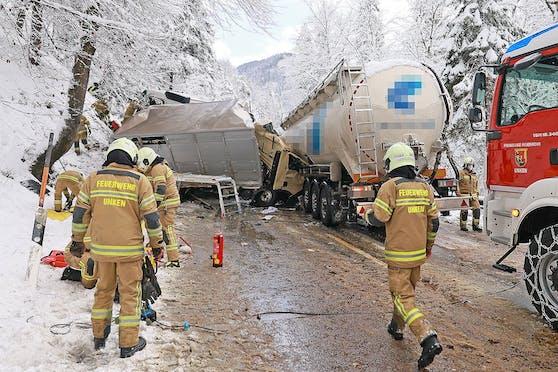 Bei dem schweren Verkehrsunfall auf der bayrischen B21 kam eine Person ums Leben. (13. Jänner 2021)