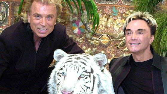 """Als schillerndes Magier-Duo """"Siegfried & Roy"""" schrieben Siegfried Fischbacher und Roy Horn Showgeschichte. Immer dabei: Ihre geliebten weißen Tiger."""