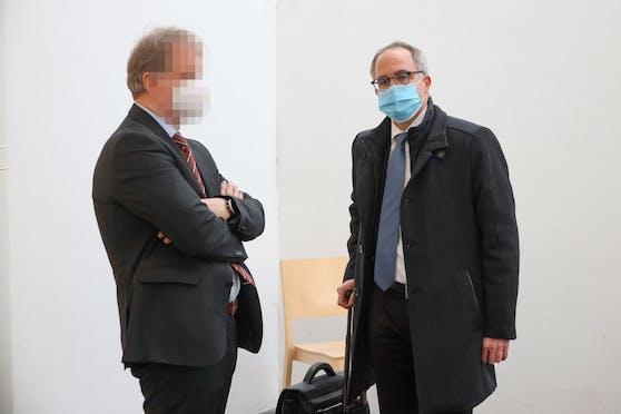 Jürgen H. (li.) mit seinem Anwalt vor Gericht.