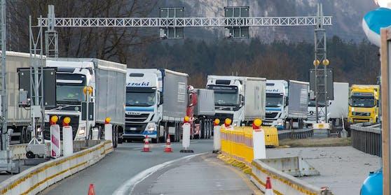 Lkw bei der Grenzkontrolle