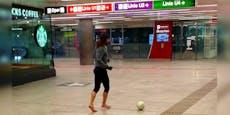 Mann kickt ohne Maske und Schuhe in der U-Bahn-Passage