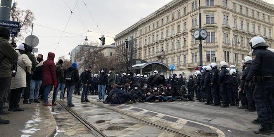 Am 16. Jänner waren Sitzblockaden das Mittel der Wahl. Hunderte Polizisten kesselten daraufhin die Gegendemonstranten mehrere Stunden.