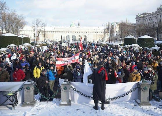 """Teilnehmer der Corona-Demo """"Für ein freies Österreich"""" am Maria-Theresien-Platz"""
