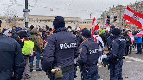 Polizisten bei einer Demonstration gegen Corona-Maßnahmen in Wien