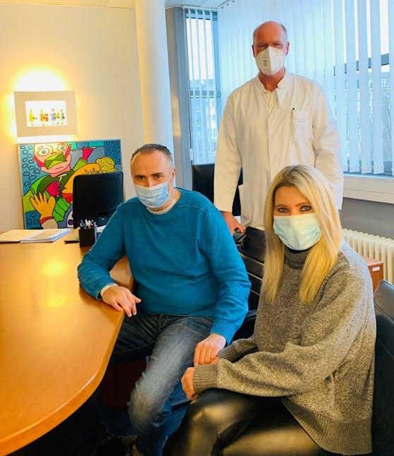 Landeschef Hans Peter Doskozil und seine Verlobte Julia mit dem behandelnden Arzt Andreas Dietz