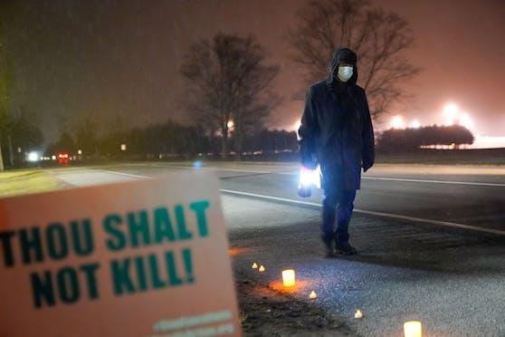 Bill Breeden, ein Anwalt, der gegen die Todesstrafe ist, protestiert außerhalb des Bundesgefängnisses in Indiana gegen die Exekution von Dustin Higgs.