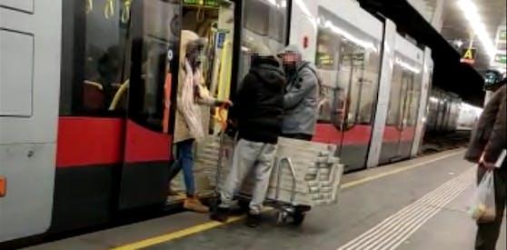 Der Spalt zwischen Zug und Bahnsteig wurde diesem Trio zum Verhängnis