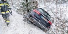 Schneefahrbahn! Pkw-Lenker rutschte in den Graben