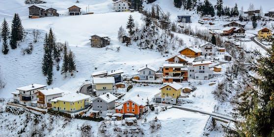 Winter-Dorf mit bunten Hütten im Vorort Ischgl, Österreich. Skiurlaub in den Semesterferien ist heuer nicht erlaubt.