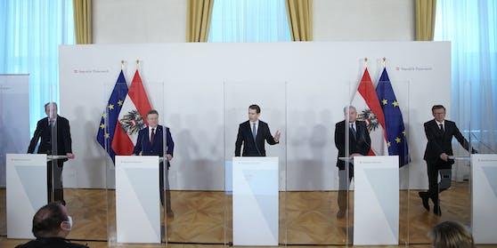 """Das """"virologische Quintett"""" Sonntag bei der Pressekonferenz."""