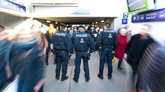 Am Samstagmorgen wurden drei Beamte im Bereich des Meidlinger Bahnhofs von einem 19-Jährigen attackiert und verletzt. Symbolbild.