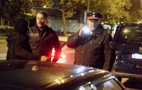 Polizisten im Rahmen eines Planquadrates (Archivfoto)