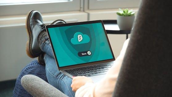 Ein schnelles VPN ist für das Streaming aus mehreren Gründen sinnvoll. Denn das VPN macht es auch auf Reisen möglich, ohne Begrenzung sicher und anonym multimediale Inhalte abzurufen. Auch Geoblocking lässt sich mit der Hilfe eines VPNs gezielt umgehen.
