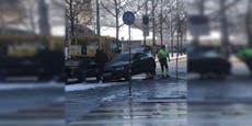 Audi kracht bei Drift am Wiener Gürtel in Verkehrsinsel