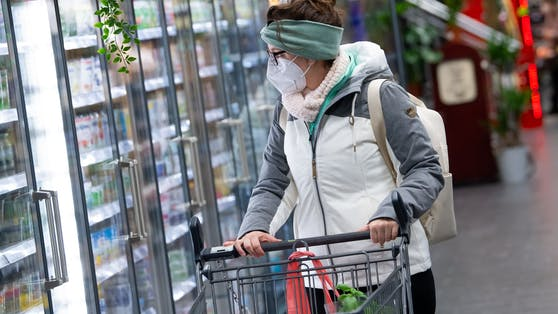 Eine Frau trägt einen FFP2-Maske beim Einkaufen.