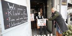 Corona-Protest mit Skelett vor Wiener Traditionscafé
