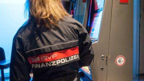 Die Finanzpolizei bei der Arbeit.
