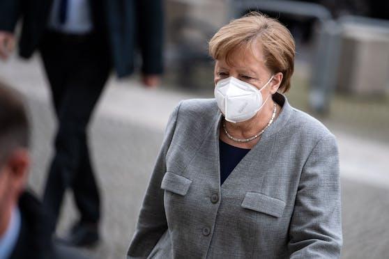 Die deutsche Bundeskanzlerin Angela Merkel mit FFP2-Maske