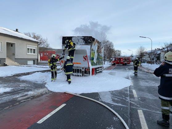 Die Feuerwehr konnte mit Schaum löschen.