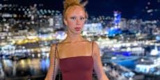 Becker-Tochter (20) haut Fans mit XXL-Beinschlitz um