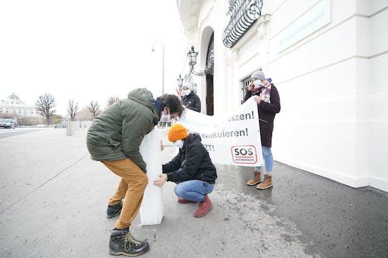 SOS Mitmensch protestierte vor dem Bundeskanzleramt.