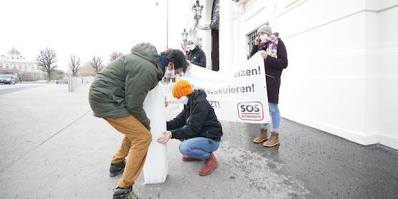 SOS-Mitmensch protestierte vor dem Bundeskanzleramt.