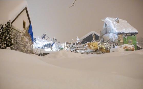 In Lienz ist am Samstag ein Dach unter den Schneemengen eingestürzt.