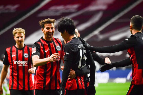 Die Eintracht feiert den 2:1-Erfolg gegen Leverkusen.