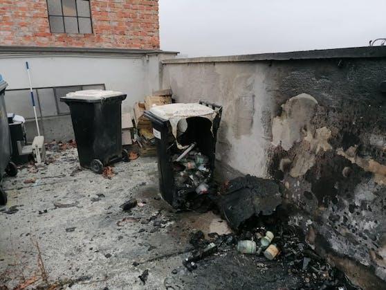 """Bild der Zerstörung vor dem Wirtshaus """"Graselwirtin"""""""