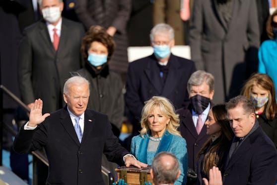 Joe Biden mit der Hand auf seiner Bibel schwört seinen Amtseid. (20. Jänner 2021)