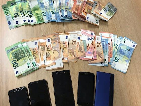 Die Ermittler konnten mehrere Mobiltelefone und Bargeld im vierstelligen Eurobereich sicherstellen.