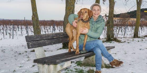 Kristina Sprenger mit Hund Vroni beim Spaziergang in Sooß (Niederösterreich).