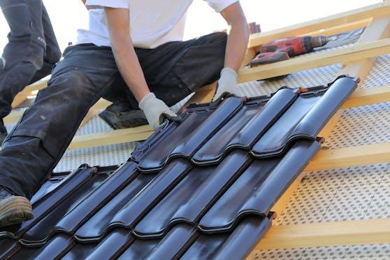 Dachdecker bei der Arbeit (Symbolfoto)