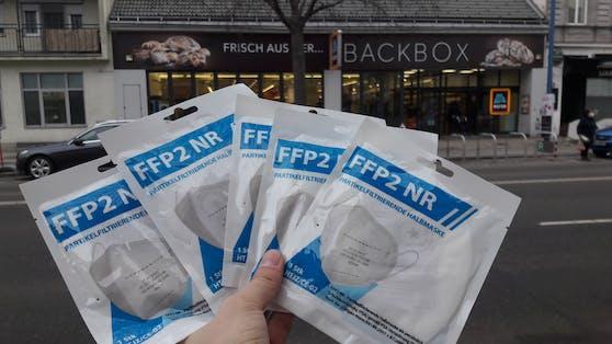 Bei Hofer gibt's FFP2-Masken an der Kassa.