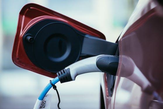 Symbolfoto eines E-Autos beim Tanken.