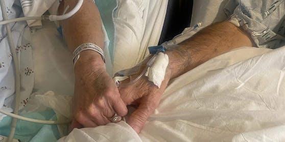 Händchen haltend verbringt ein Paar aus Kansas, die letzten Momente miteinander, ehe Corona beide aus dem Leben reißt.