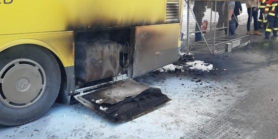 Landbus fängt während Fahrt Feuer: die Bilder des Feuerwehreinsatzes in Alberschwende