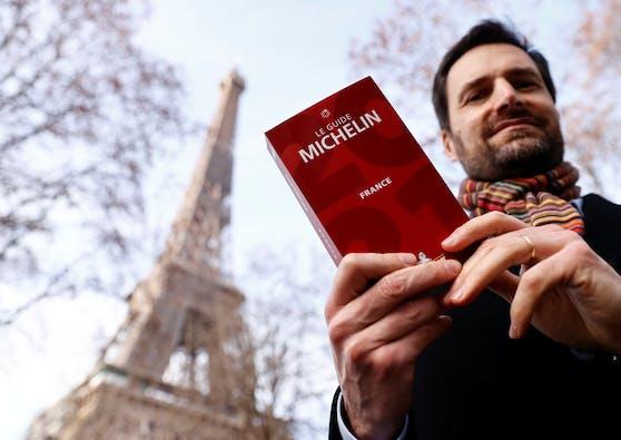 """""""Michelin""""-Chef Gwendal Poullennec schaut sich unter dem Eiffelturm sein aktuellstes Werk an."""