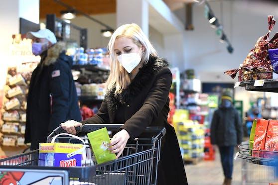 Mittlerweile sind FFP2-Masken in den Supermärkten Pflicht.