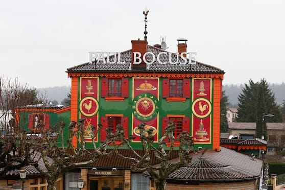 Als das Restaurant L' Auberge du Pont de Collonges in Collonges-au-Mont-d'Or in der Nähe von Lyon letztes Jahr auf zwei Sterne heruntergestuft wurde, ging ein Aufschrei durchs Land. Immerhin handelt es sich um das einstige Lokal von Paul Bocuse – dem wohl bekanntesten französischen Koch aller Zeiten.