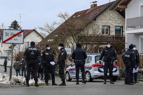 Bei der Demo in Schärding waren 300 bis 400 Personen. Zwei davon wurden angezeigt, weil sie gegen einen Strauch pinkelten.
