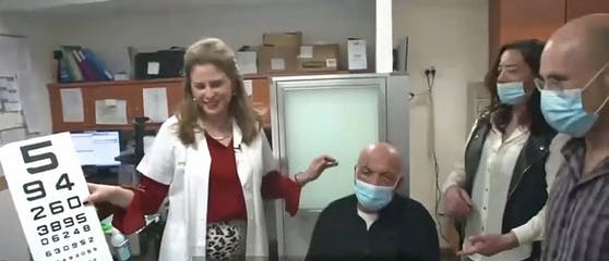 """Professor Irit Bahar und der erste """"KPro""""-Patient Jamal Furani."""