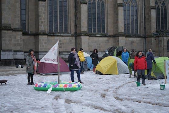 Die Aktivisten vor dem Linzer Mariendom. Zweite von links: Andrea Mayrwöger.