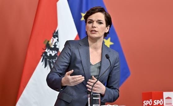 """SPÖ-Chefin Pamela Rendi-Wagner im """"Roten Foyer""""."""