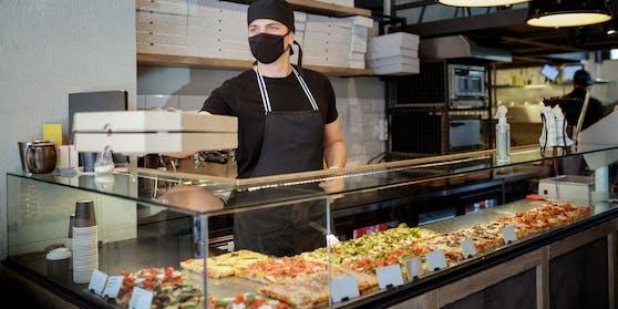 Blick in eine Pizzeria (Archivfoto). Häftlinge aus Asten wurden im Rahmen des Resozialisierungsprogramms in ein Lokal geführt.