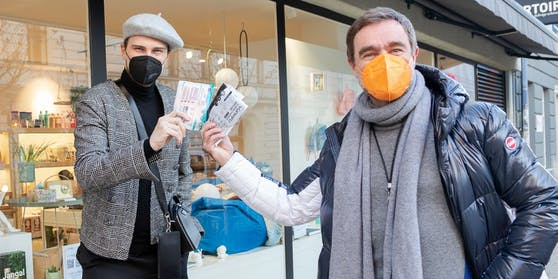 Niko Niko und Andi Gabauer mit den bunten Masken.