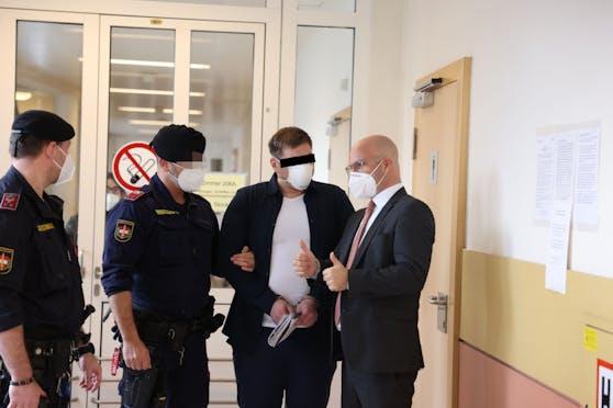 Der wegen schwerer Körperverletzung Angeklagte (m.), Niki Rast