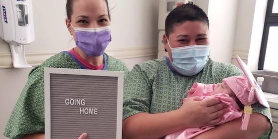 Die stolzen Eltern Heather und Priscilla im Spital in Odessa (USA)
