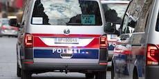 Bajonett-Mann bedroht Jugendliche und attackiert Taxler